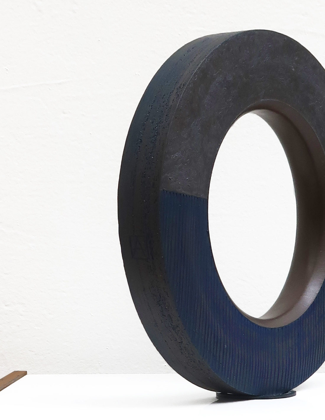 Agnès Nivot - Sculpture - Anneau bleu strié