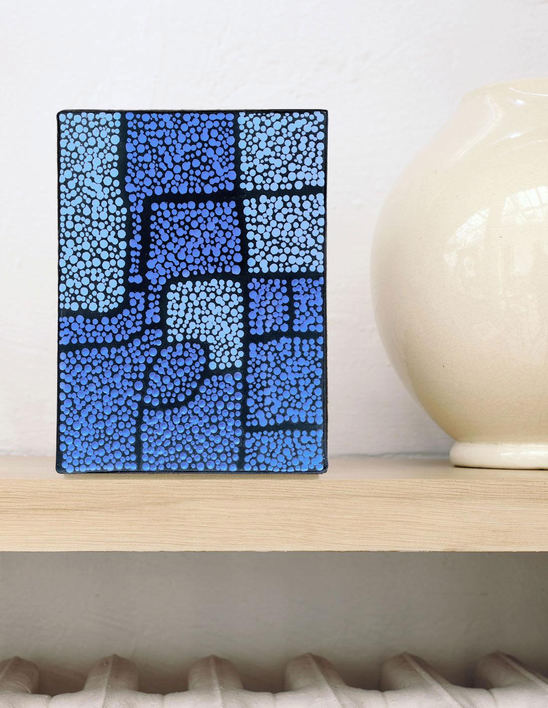 mini-bleu-fond-noir-II-insitu