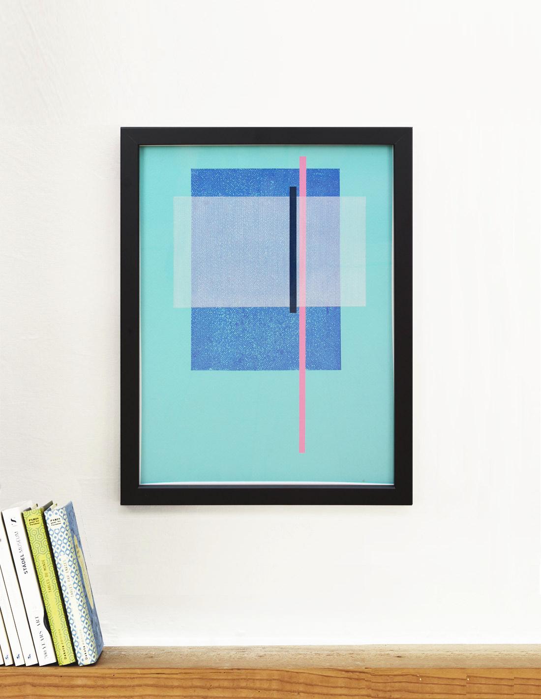 Sans-Titre-(fond-turquoise,-rectangle-bleu-et-blanc,-barre-rose)-insitu